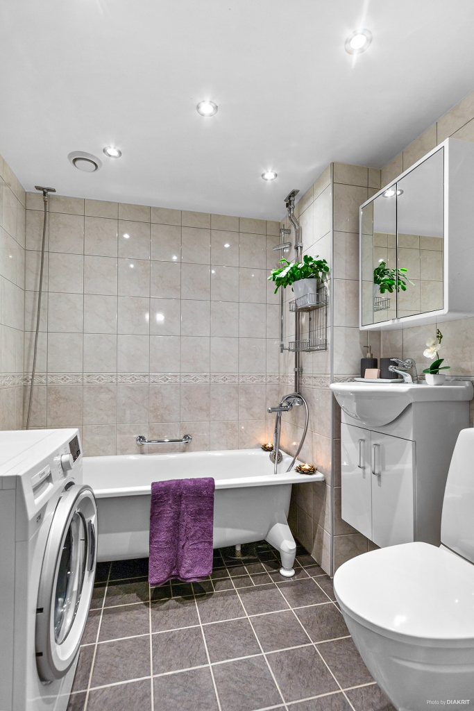 Fräscht badrum med bl. a. nytt tvättställ med kommod från 2019. Tvättmaskin (cylinda från 2018) ingår.