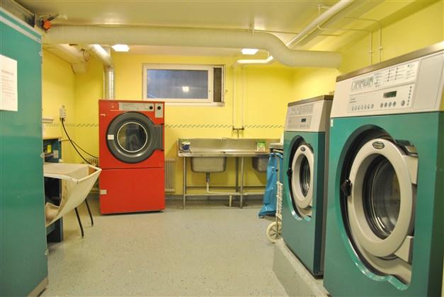 Tvättstuga i närliggande byggnad (arkivbild)