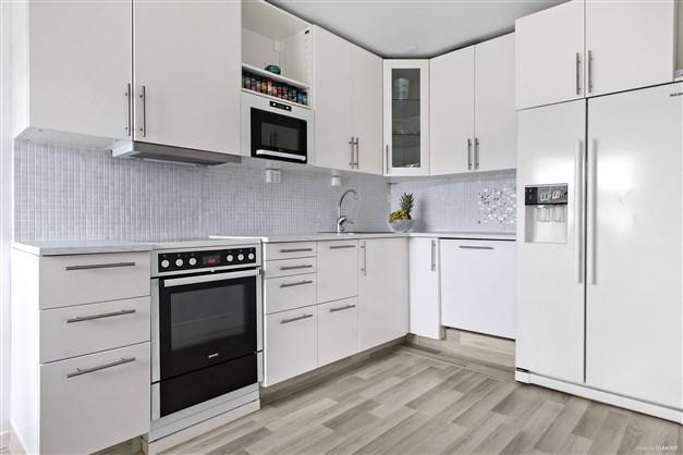 Fräscht och ombyggt kök från med bl. a. inbyggd diskmaskin och kyl/frys side by side