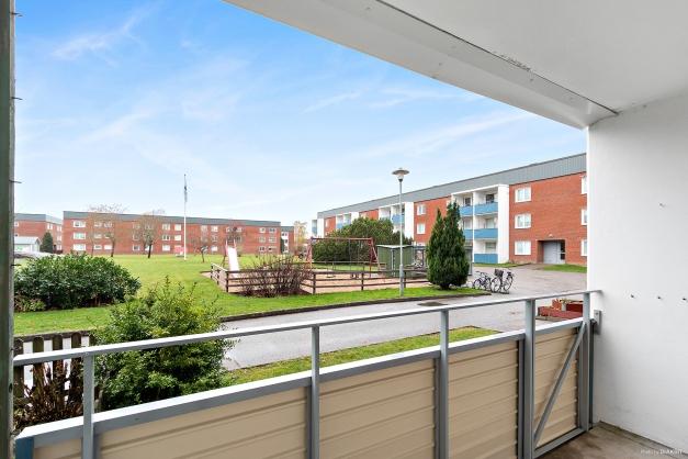 Utsiktsvy från balkongen. Balkongen har en öppningsbar del till intilliggande grästäppa