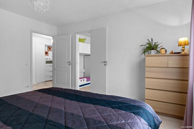 Ägarna har tagit bort befintliga garderober och satt in dörr till andra sovrummet (det nås även från hallen)