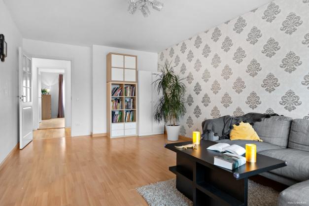 Glasad dörr mellan vardagsrum och hall