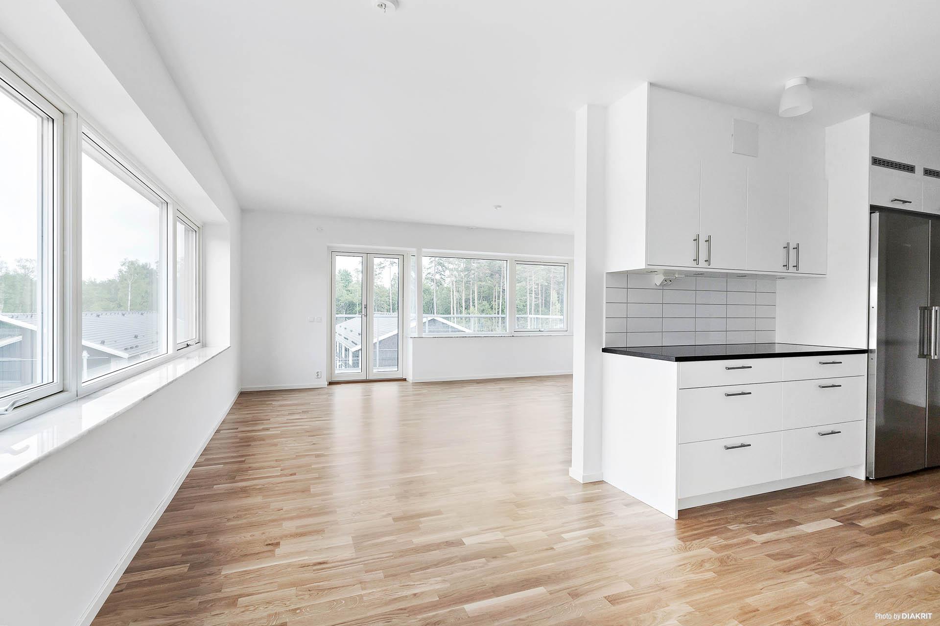 Vardagsrum/kök med stora fönsterpartier