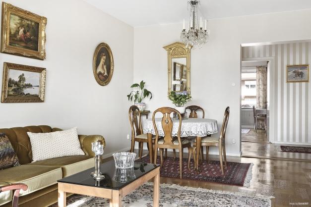 Vardagsrummet rymmer både soffa och matplats
