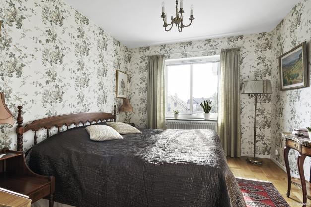 Stora sovrummet är rymligt och här får det plats med dubbelsäng