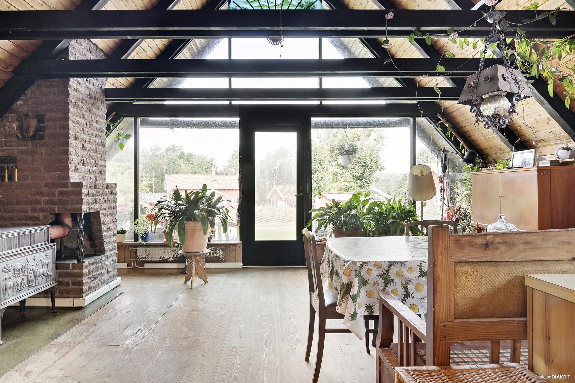 Vardagsrum och kök i öppen planlösning med entré