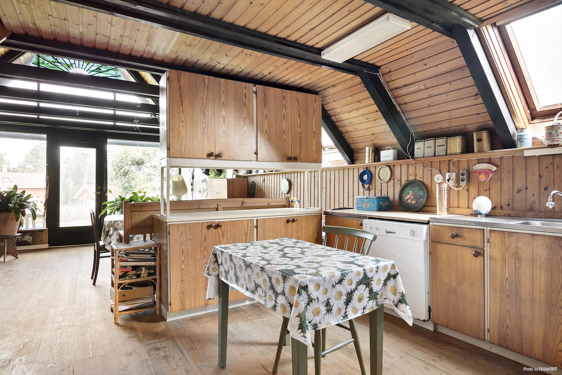 Kök med öppen planlösning med vardagsrum
