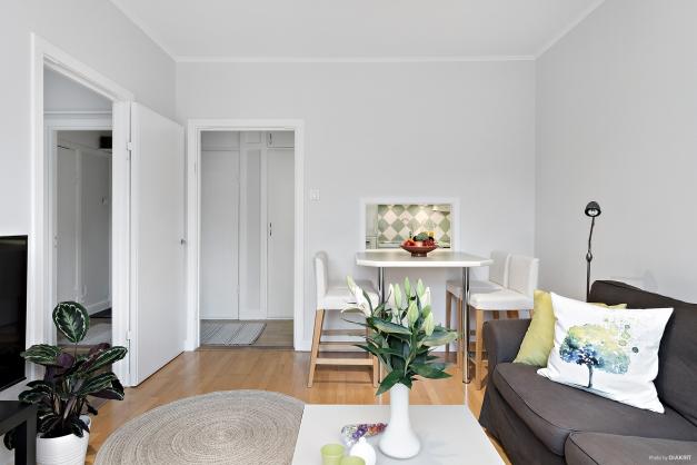 Vardagsrummet mot sovrum, hall och kök