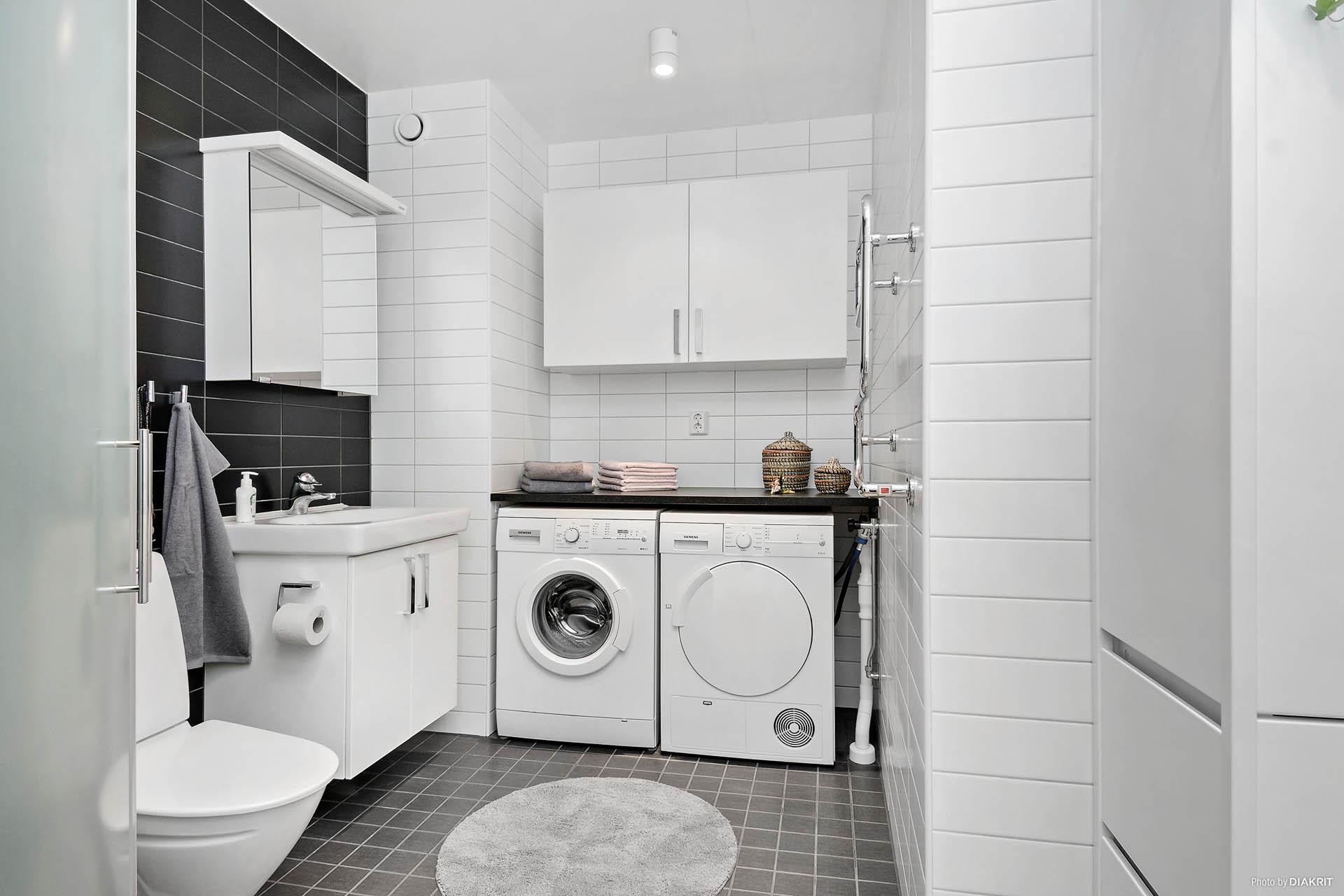 Helkaklat och modernt badrum med egen tvättmaskin och torktumlare