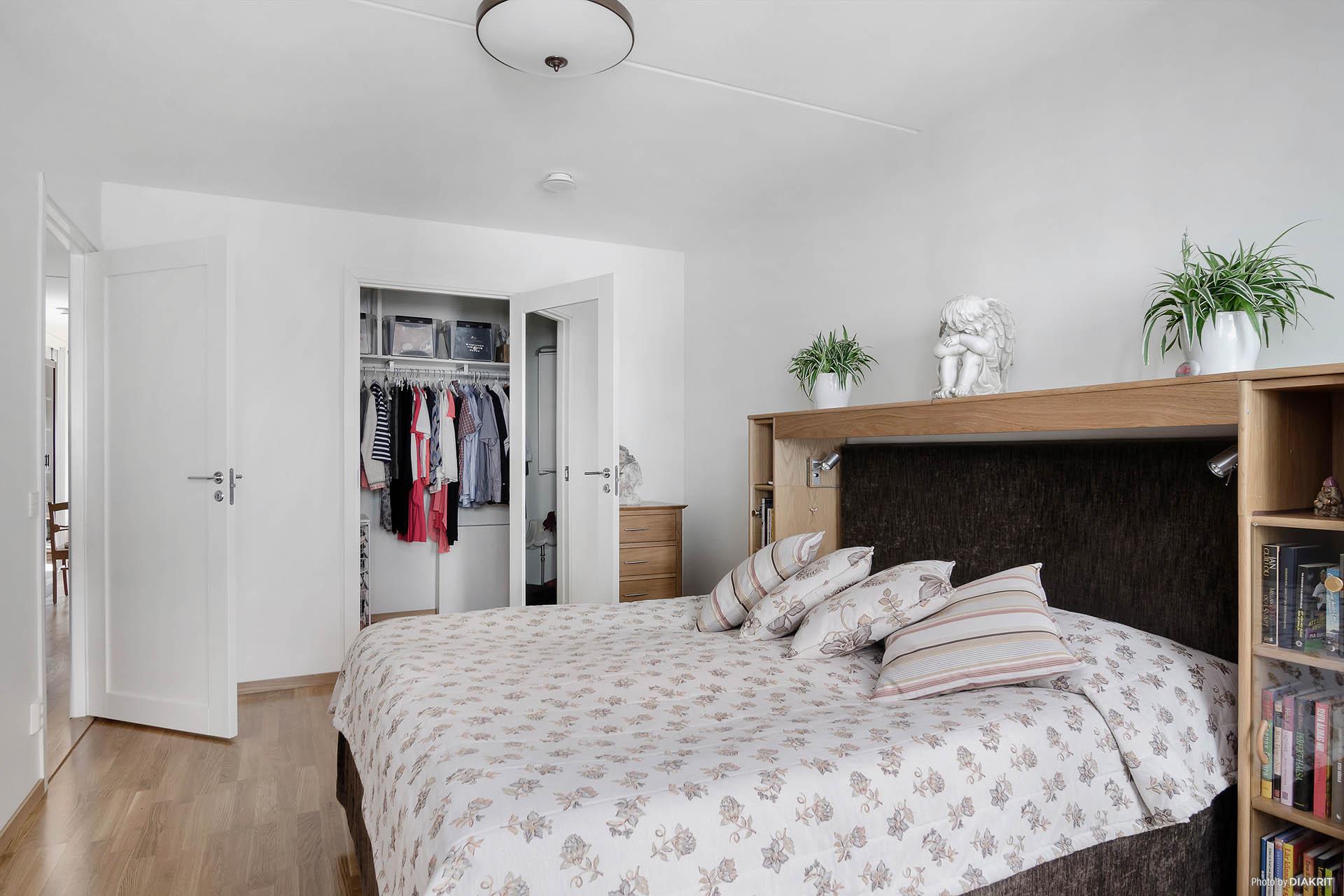 Master bedroom med klädkammare