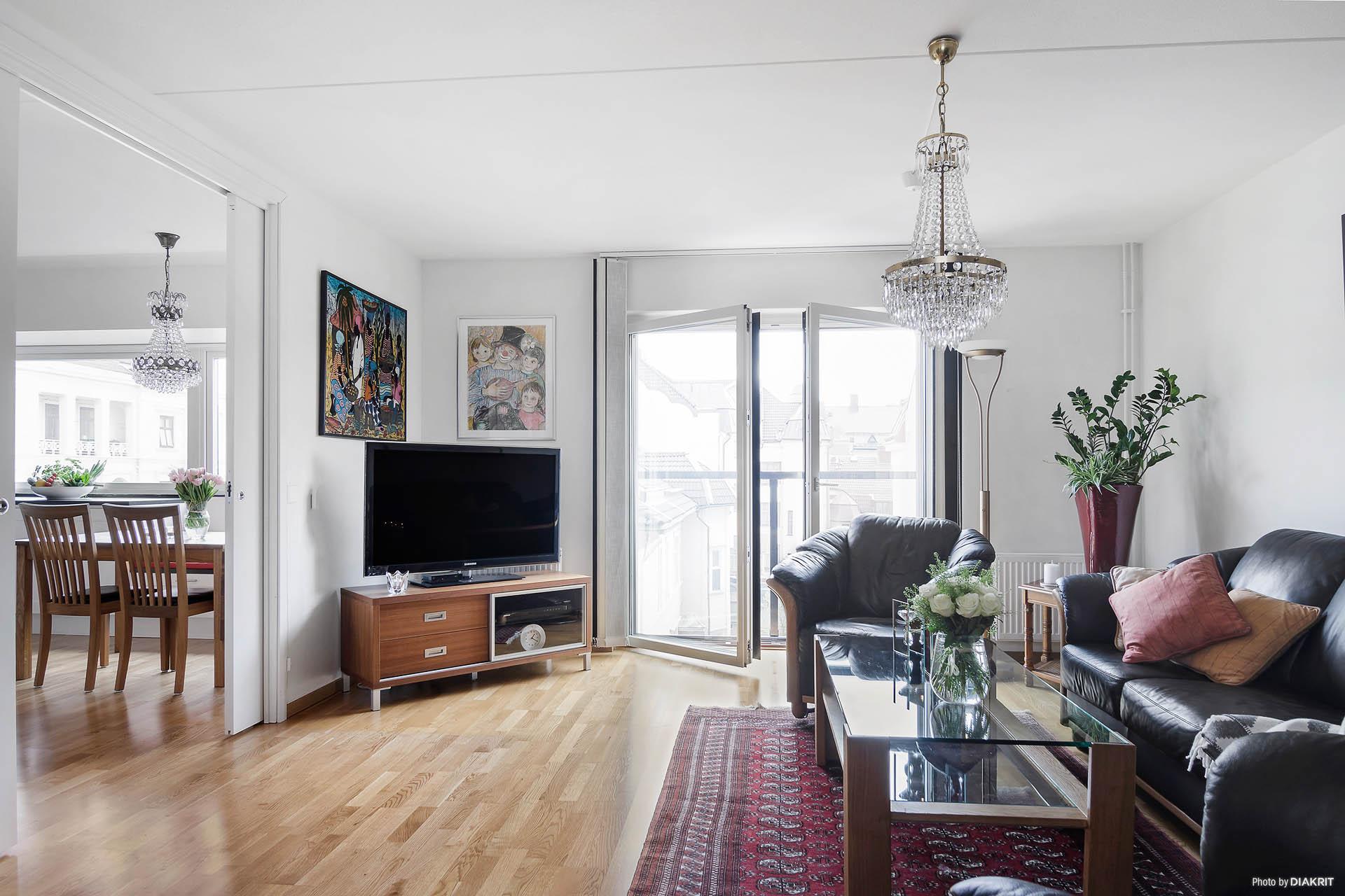Härligt vardagsrum med fransk balkong