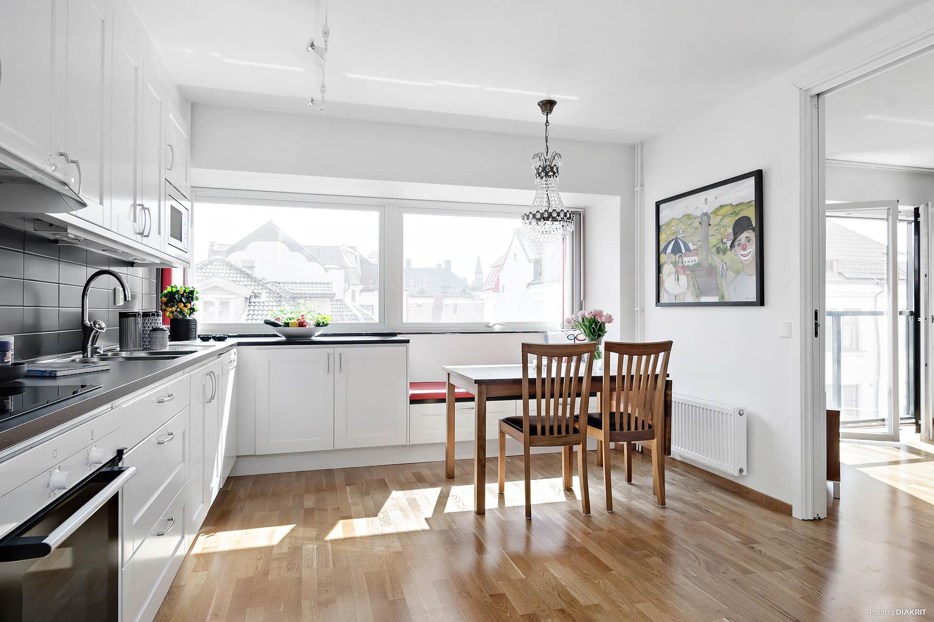 Kök med plats för matsalsbord