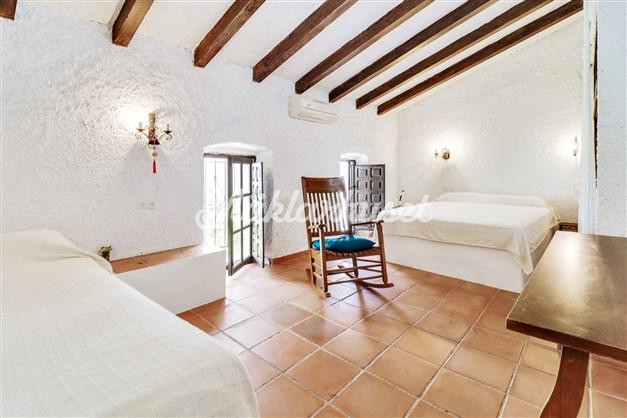 Rymligt sovrum med högt i tak