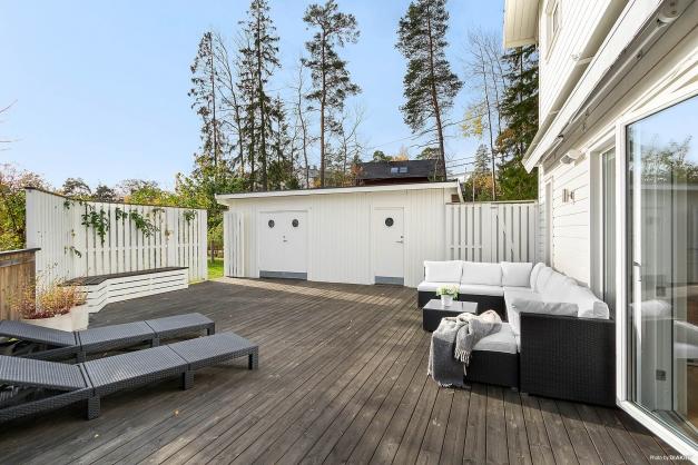 Mysig terrass med sol hela dagen och praktiska förråd. Markis som kan styras både med fjärrkontroll och sol /vind automatik