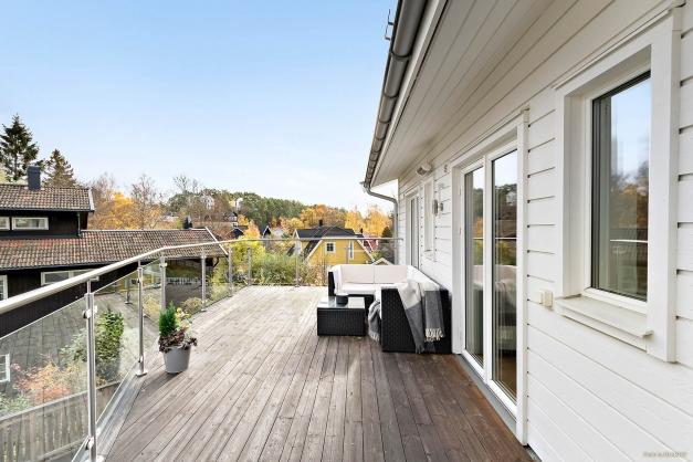 Terrass ovanvåning med gott om plats för önskad möblering
