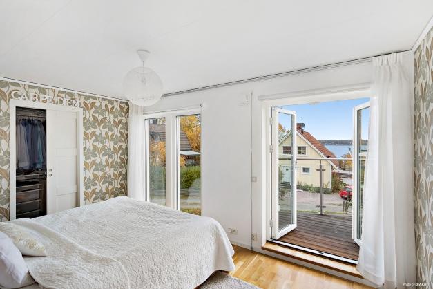 Master Bedroom med pardörrar i glas och fantastisk havsutsikt och direktaccess till den väl tilltagna terrassen