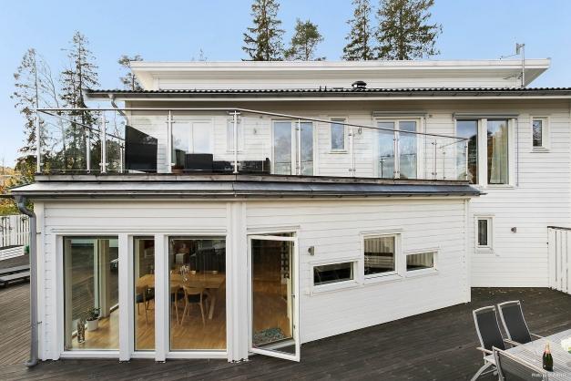Fantastisk inhägnad terrass som sträcker sig längs kortsidan i nordöst till huset långsida i sydöst