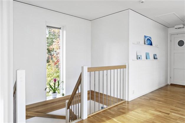 Trappa till ovanvåning med fint ljusinsläpp
