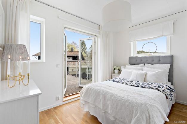 Sovrum två med pardörrar i glas,havsutsikt  och inbyggda garderober