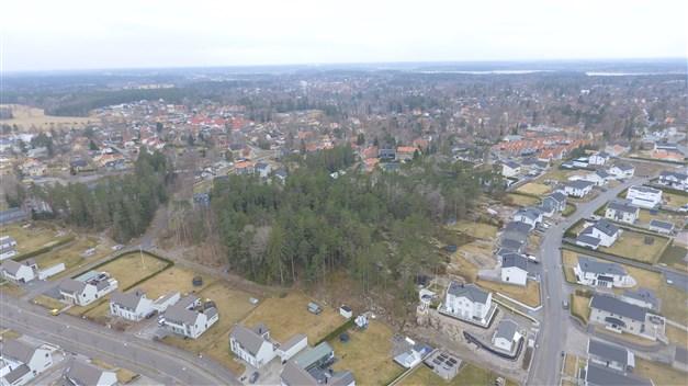 Drönarbild över Täby Trädgårdstad och tomten.