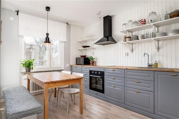 Välkomna till denna rymliga trea med fint renoverat kök och stor balkong!
