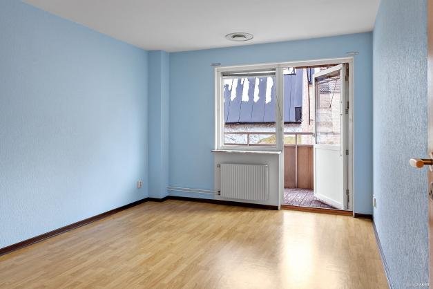 Sovrum 2 mot innergård med utgång till balkong