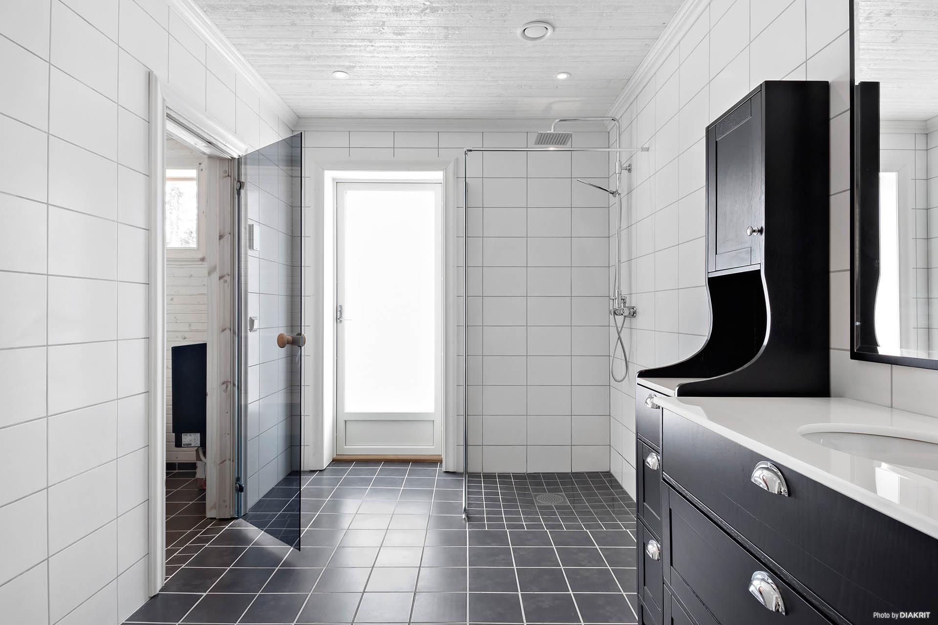 Badrumsmöblerna kommer vara vita. Möjlighet för en köpare i tidigt stadie välja annan färg som tillval.