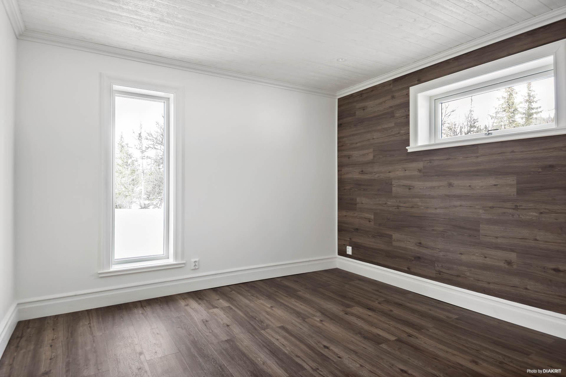 Fondvägg som tillval. Standard är vitmålad träpanel på alla väggar.