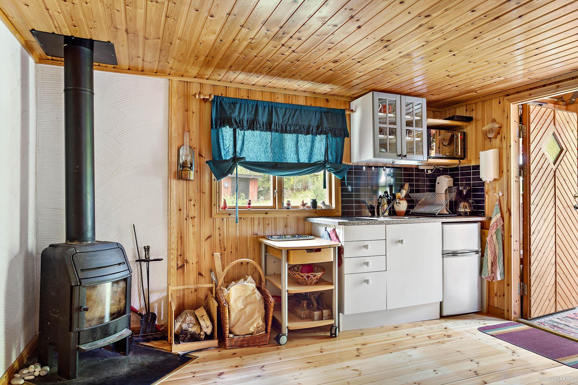 Gästhus med nytt trinettkök och braskamin