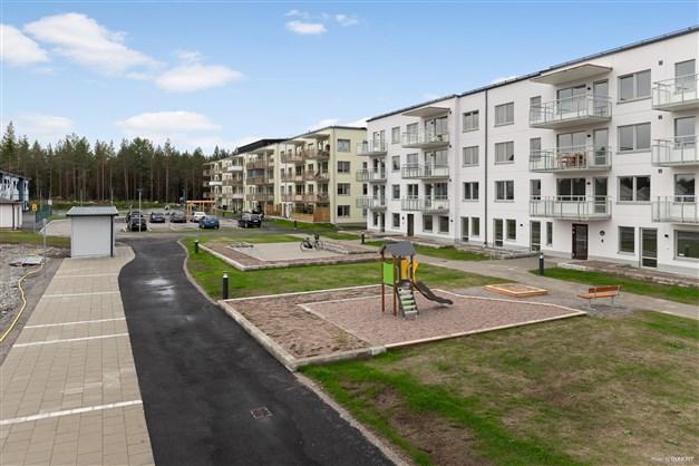 Baksidan, Brf Tallbacken 1 i Fullerö är det gröna huset längst bort.