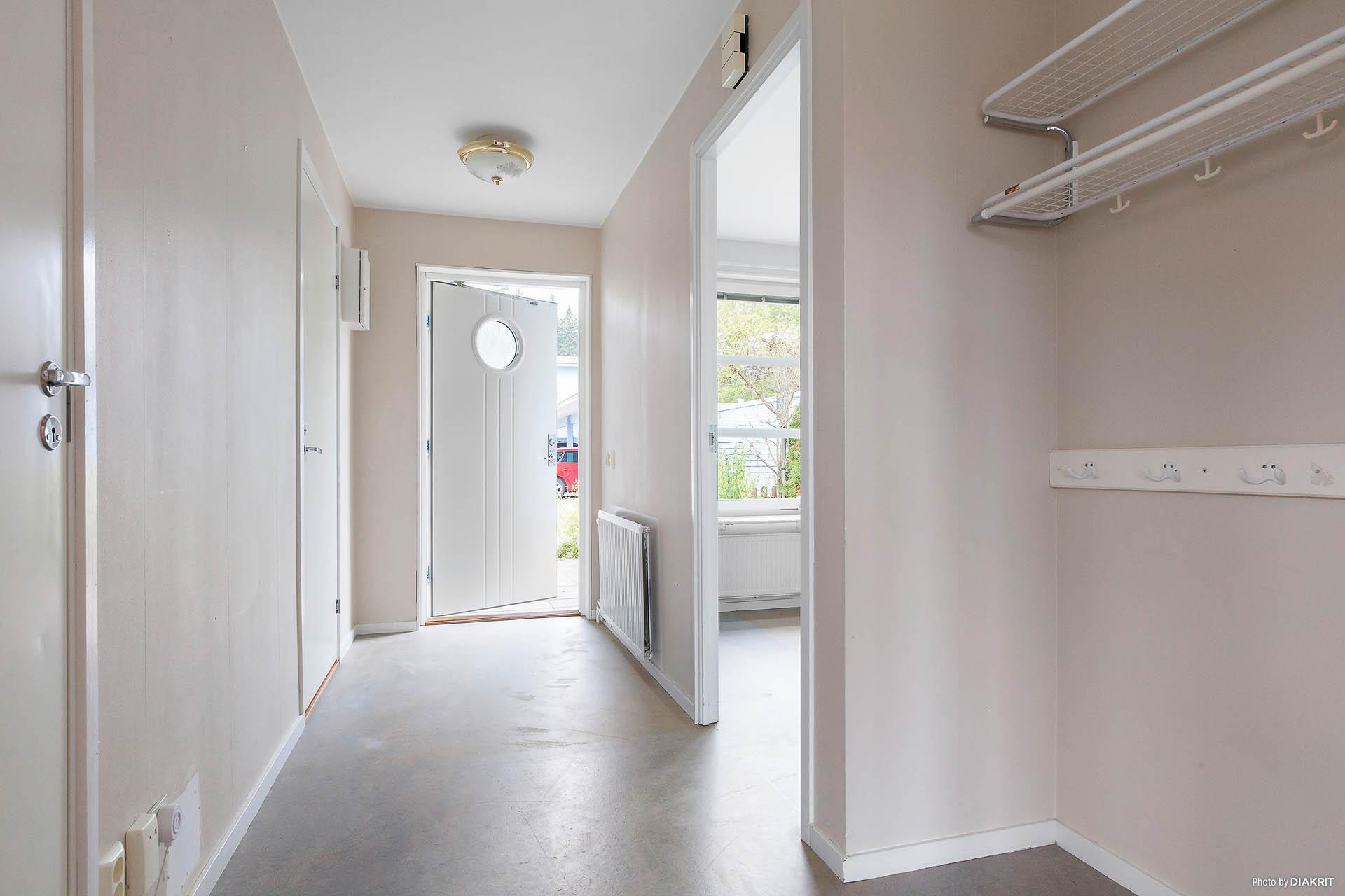 Hallen och ingången till köket