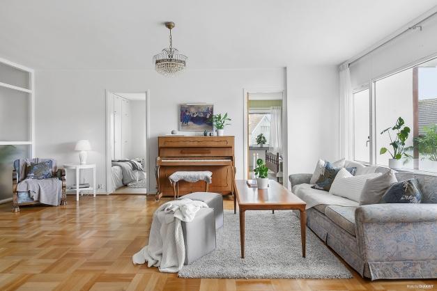 VARDAGSRUM - Stort härligt vardagsrum med utgång till balkongen