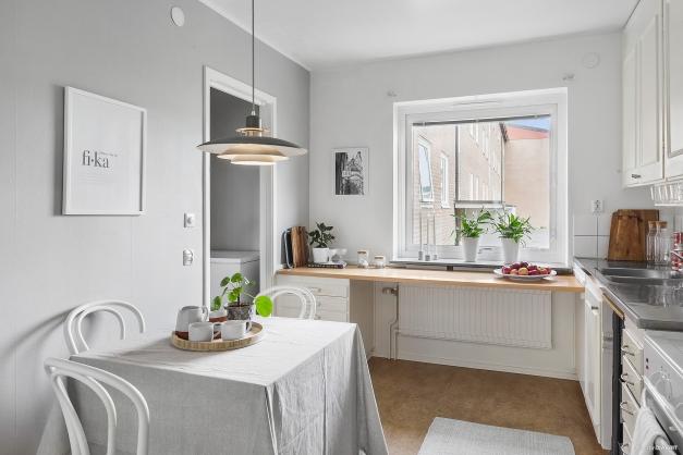 KÖK - Ljust kök med utsikt över den lugna innergården