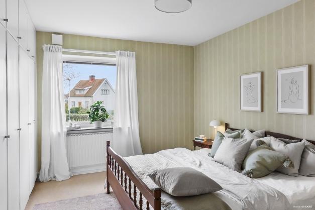 SOVRUM 1 - Största sovrummet med hel garderobsvägg och lugnt läge