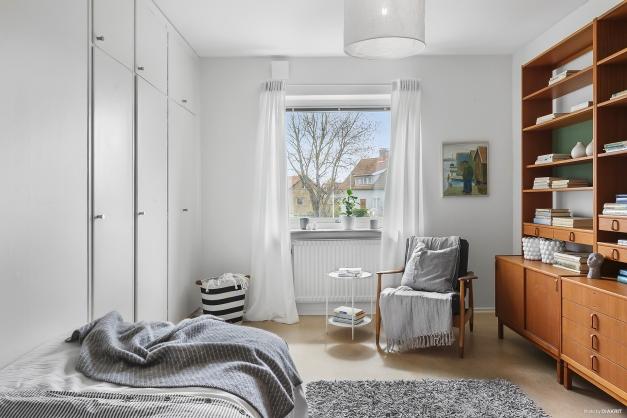 SOVRUM 2 - Ljust sovrum med plats för bred säng