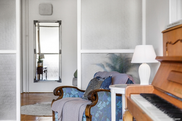 HALL - Fin glasvägg mellan hall och vardagsrum