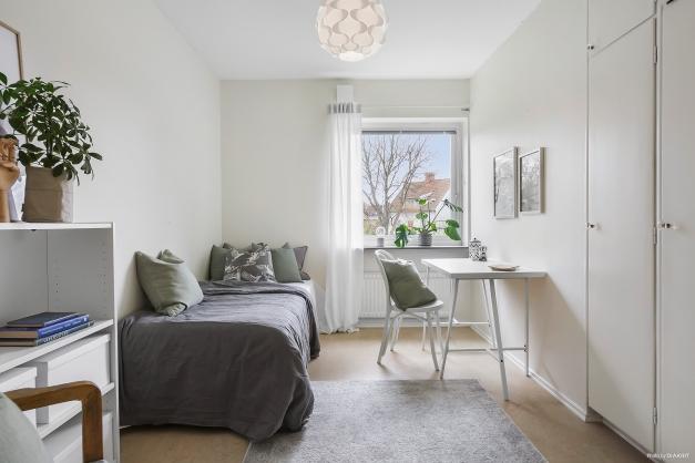 SOVRUM 3 - Ljust sovrum med plats för bred säng