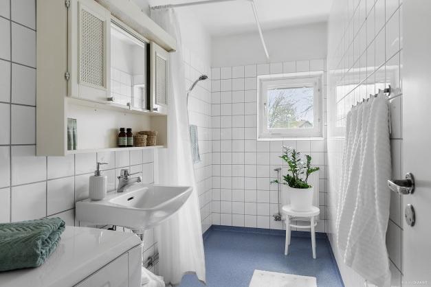 BADRUM - Ljust badrum med öppningsbart fönster och dusch