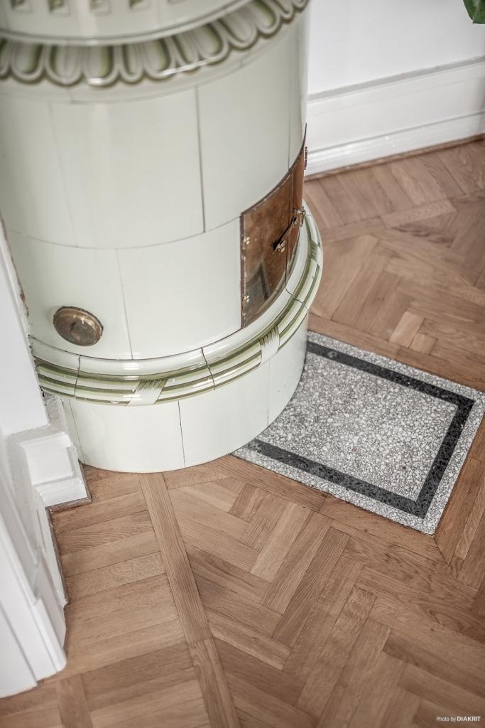 Stuckatur, höga fotlister, spegeldörrar och fiskbensparkett är vackra detaljer som smyckar hemmet.