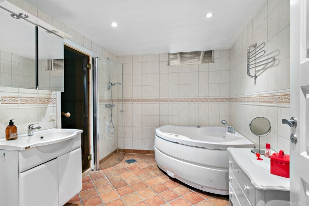 Helkaklat badrum  med bastu på nedre plan