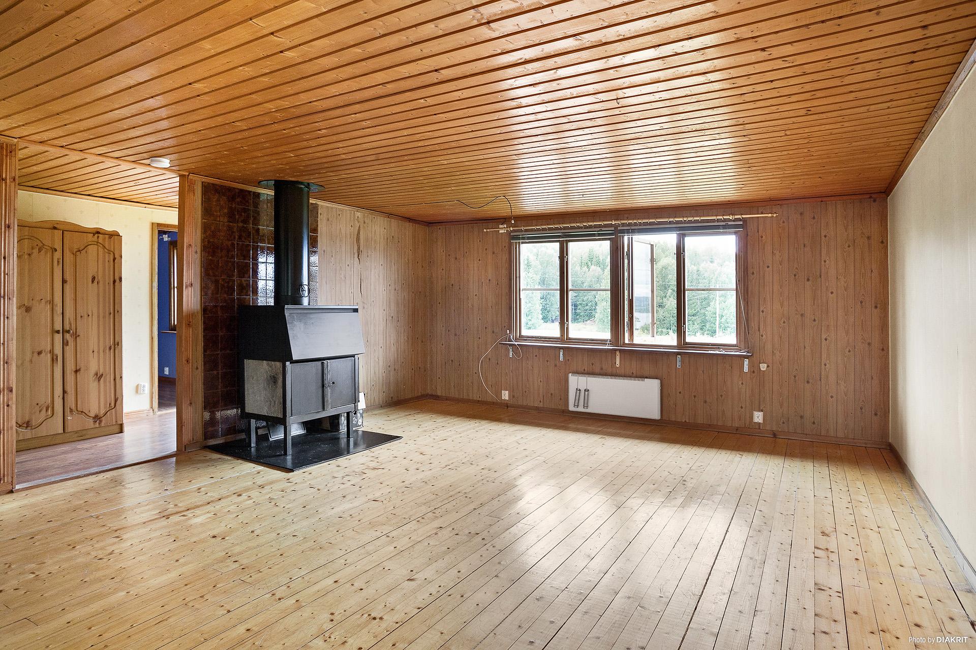 Vardagsrum med eldstad