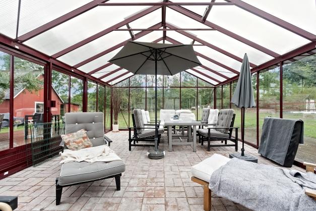 Växthus/uterum om 31kvm från Willab garden med danskt tegelgolv och en helt skyddad innergård.
