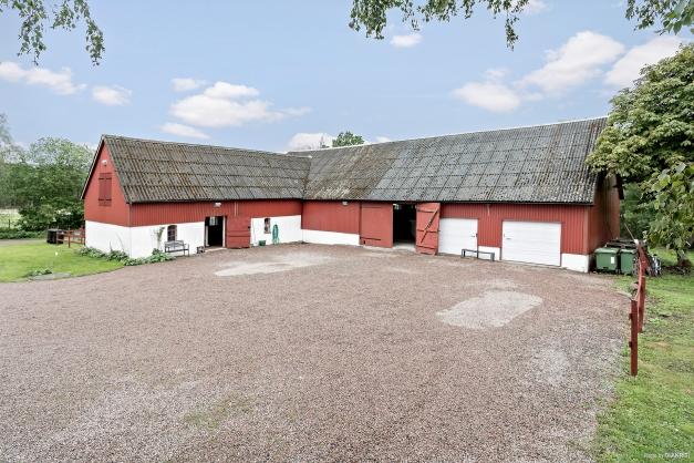 Härlig hästgård med stort stall och garage.