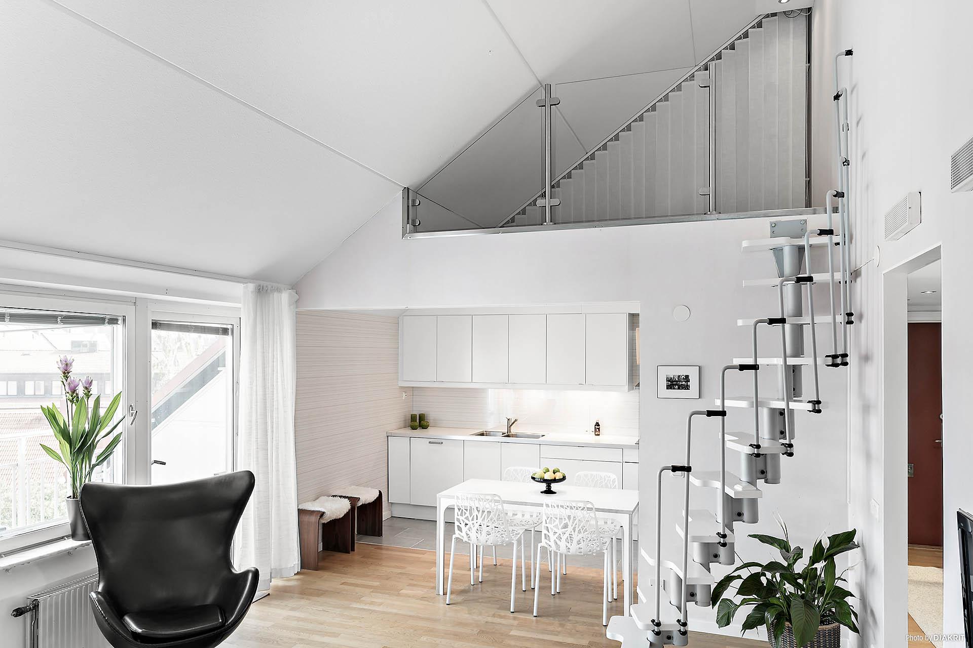 Snygg lösning med loft över köket