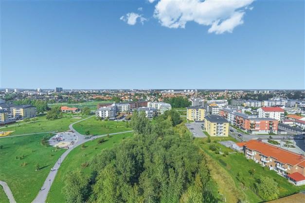 Här bor man med närhet till grönområde samt med gångavstånd till city.