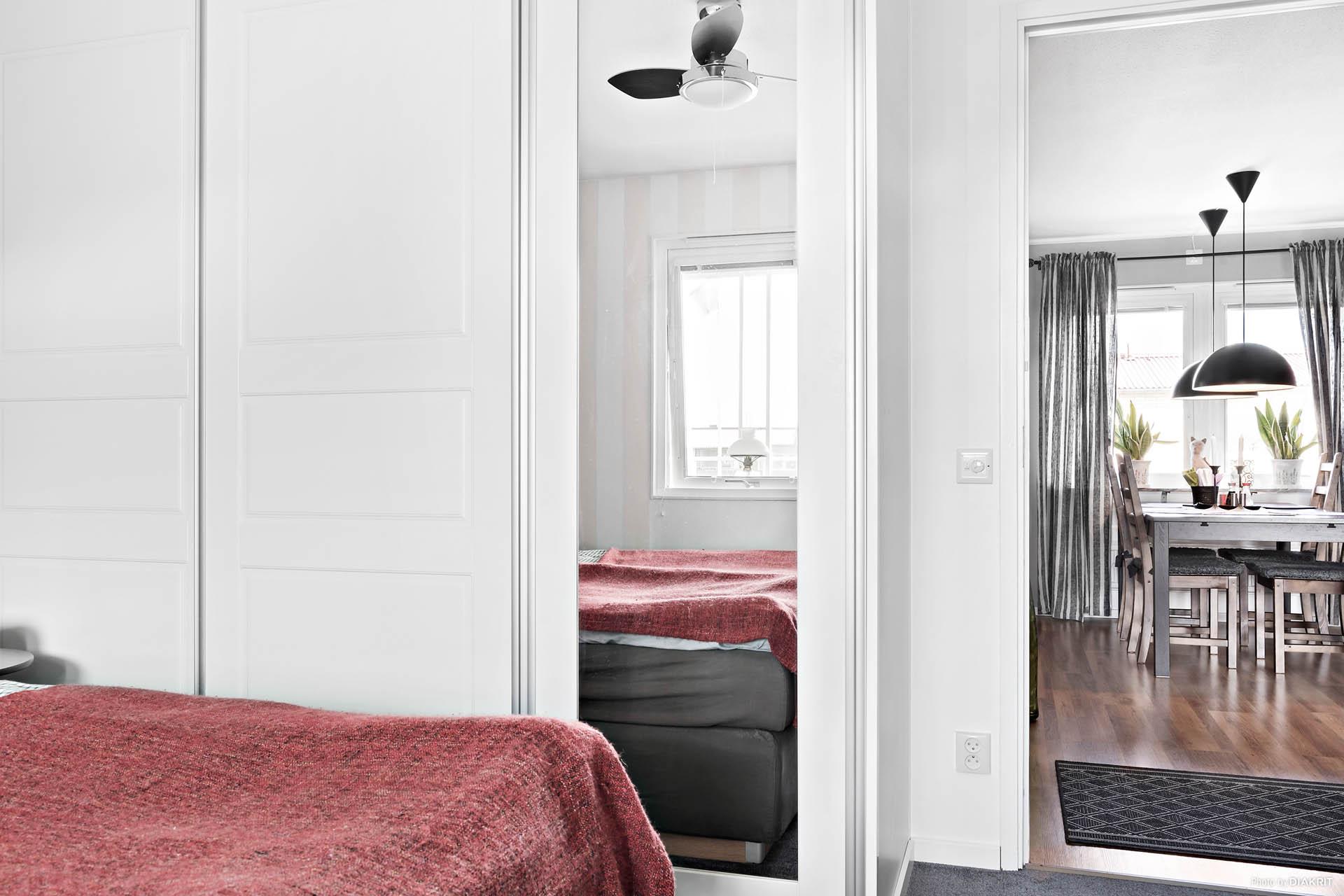 Garderobsvägg i stora sovrummet