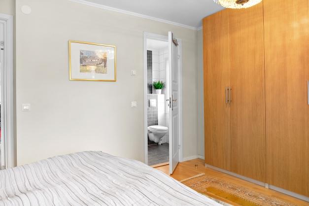 Master bedroom med ingång till eget duschrum