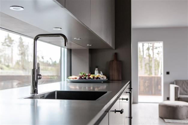 När disken tas omhand kan man samtidigt se ut mot husets entré och innergården på framsidan.