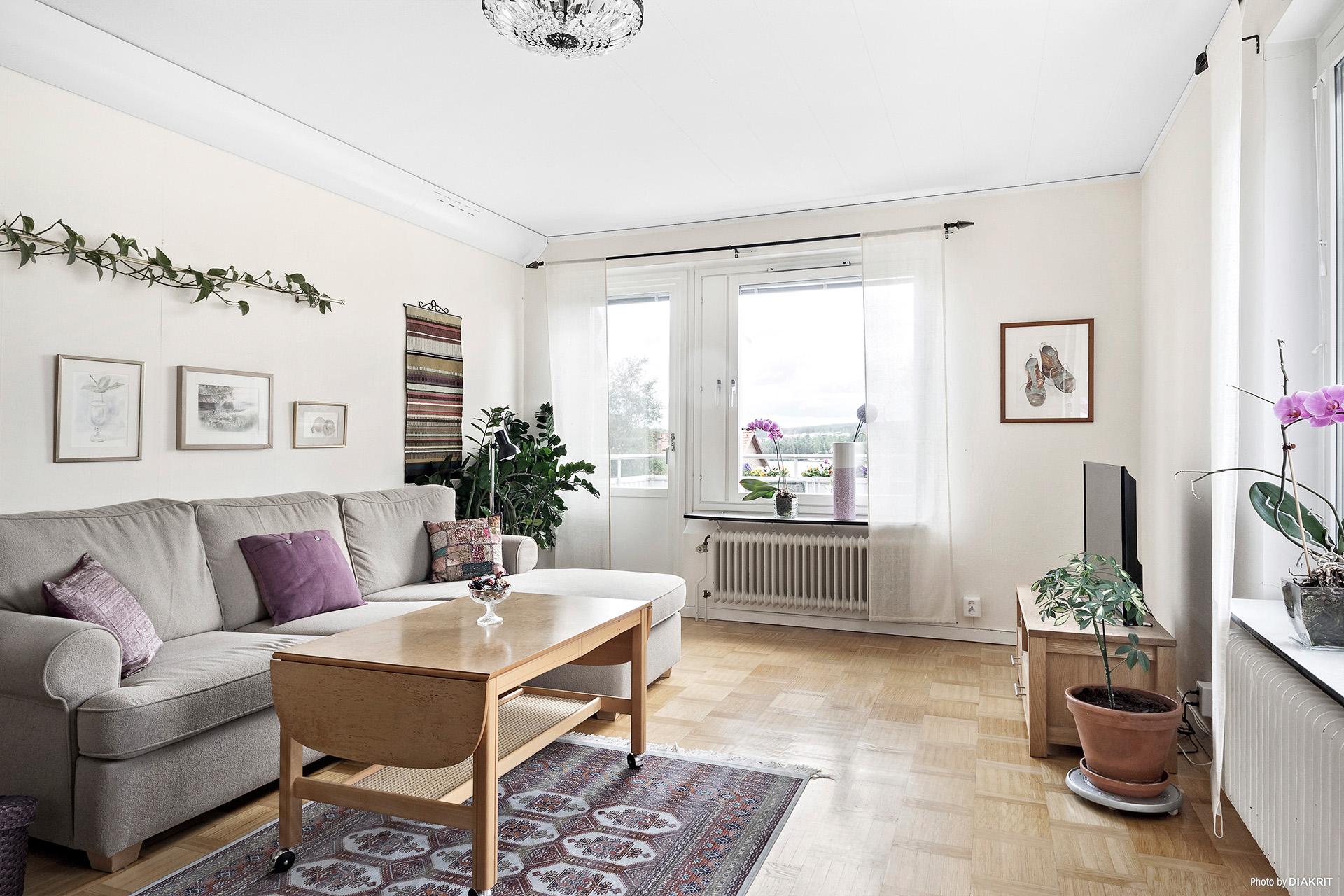 Ljust och härligt vardagsrum med fin utsikt över stan och Storsjön