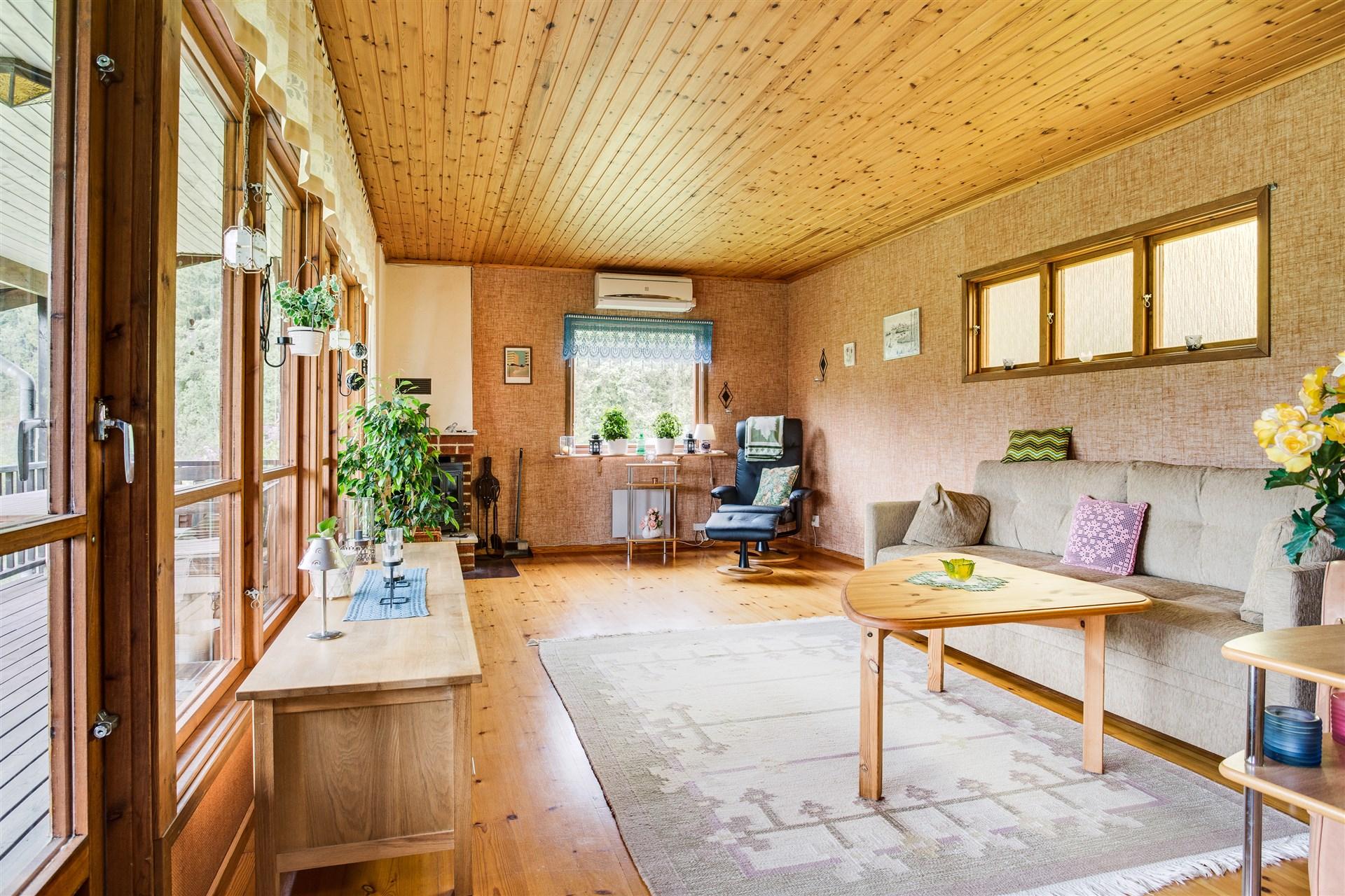 I vardagsrummet finns luftvärmepumen samt utgång till altan under tak, i söderläge.